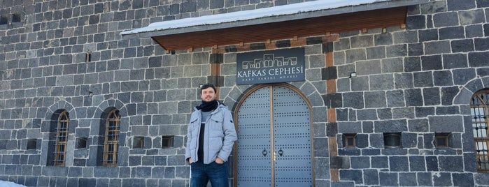 Kafkas Cephesi Harp Tarihi Müzesi is one of สถานที่ที่ Gul ถูกใจ.