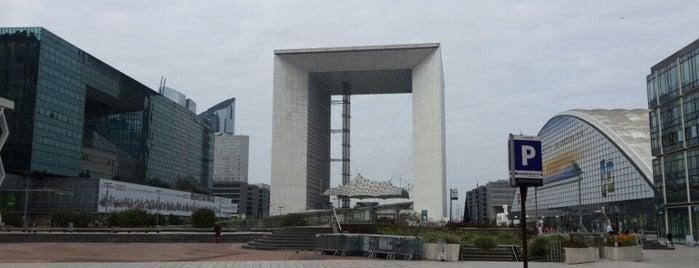 Place de la Défense is one of Lugares favoritos de R.