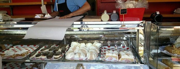 Pastelería Luz Charme is one of Posti che sono piaciuti a ᴡ.