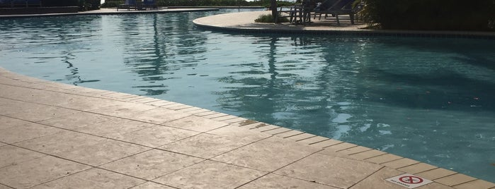 Hilton Pool is one of Beth'in Beğendiği Mekanlar.