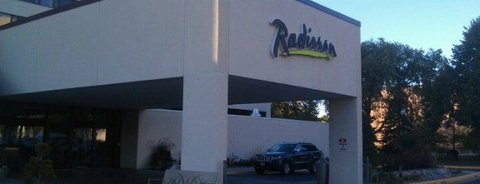 Radisson Hotel La Crosse is one of สถานที่ที่ J ถูกใจ.