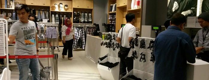 H&M is one of Orte, die Arie gefallen.