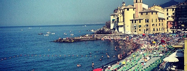 Spiaggia di Camogli is one of Lugares favoritos de Riccardo.