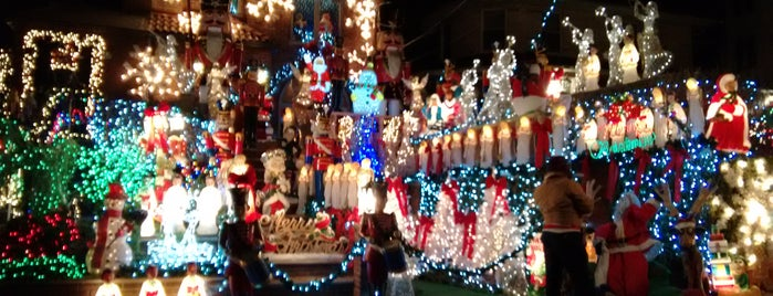 Dyker Heights Christmas Lights is one of Lugares favoritos de Jason.