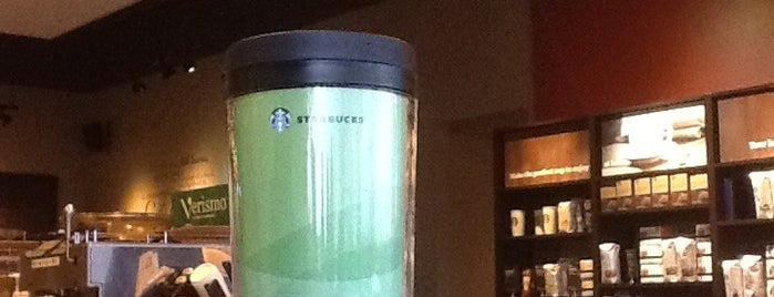 Starbucks is one of Aumさんのお気に入りスポット.