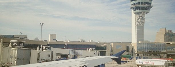 Philadelphia International Airport (PHL) is one of Lugares favoritos de Sarah.