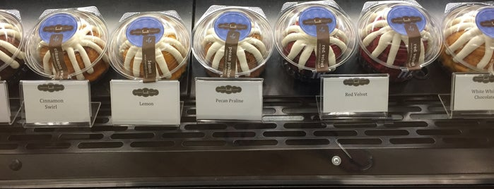 Nothing Bundt Cakes is one of Antoinetteさんのお気に入りスポット.