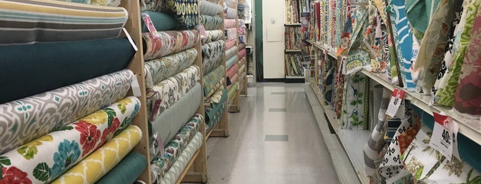 JOANN Fabrics and Crafts is one of สถานที่ที่ Lori ถูกใจ.