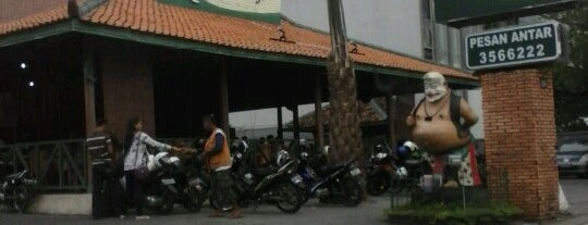 Ayam Goreng Lombok Idjo is one of Nongkrong di semarang.