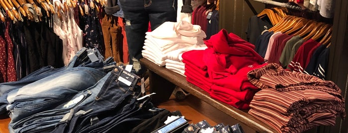 Hollister Co. is one of Lugares favoritos de Vee.