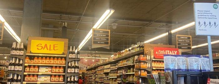 Whole Foods Market is one of Lugares favoritos de Bryan.