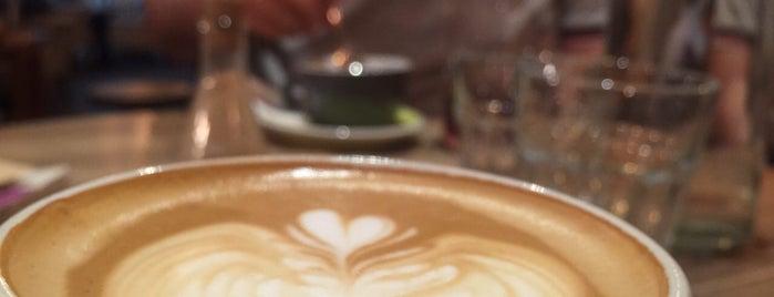 Roberto Café | کافه روبرتو is one of Lieux qui ont plu à vahid.