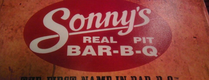 Sonny's BBQ is one of Lugares favoritos de Hannah.
