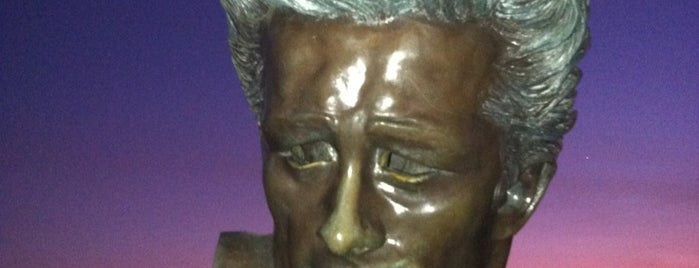 James Dean Bust is one of Ricardo 님이 좋아한 장소.