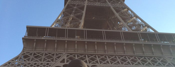 Eiffelturm is one of Orte, die Monica gefallen.