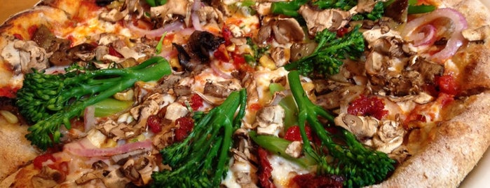 California Pizza Kitchen is one of Lugares favoritos de Kelly.