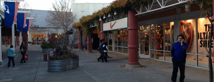 Nike Factory Store is one of Posti che sono piaciuti a Alberto J S.