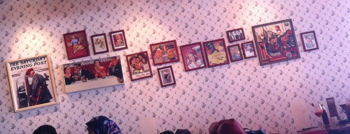 Giggle Box Café & Resto is one of Via's.