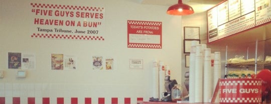Five Guys is one of Steveさんのお気に入りスポット.