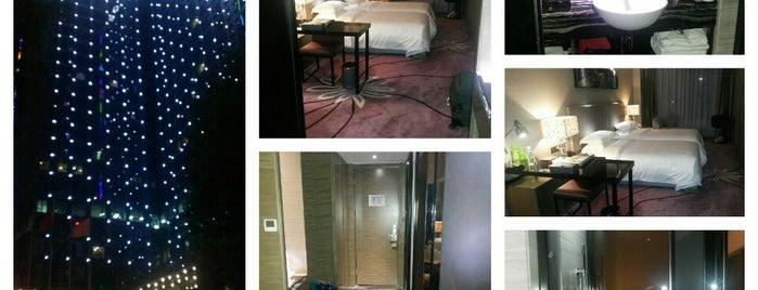 La Perle International Hotel is one of สถานที่ที่ Julia ถูกใจ.