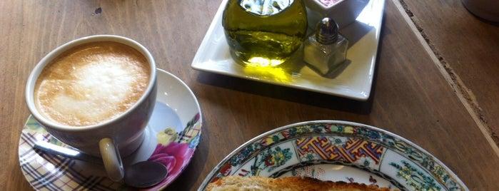 Oita Café is one of Cafeterias con encanto Madrid.