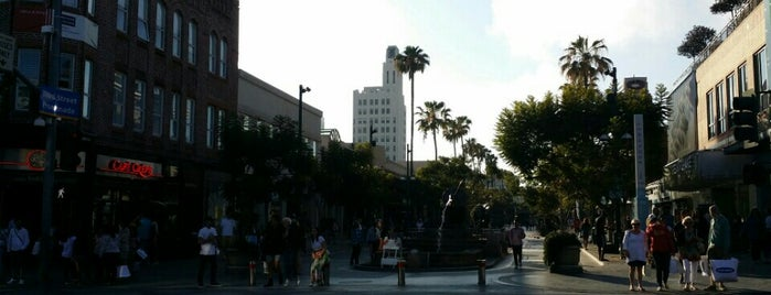 Third Street Promenade is one of Tempat yang Disukai Michelle.