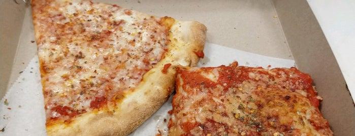 Justino's Pizzeria is one of Lugares favoritos de Dan.
