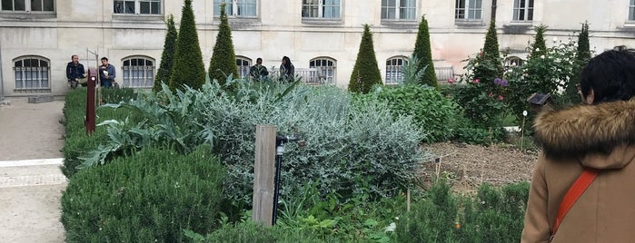 Jardin Francs Bourgeois-Rosiers is one of El Tiño's Liked Places.