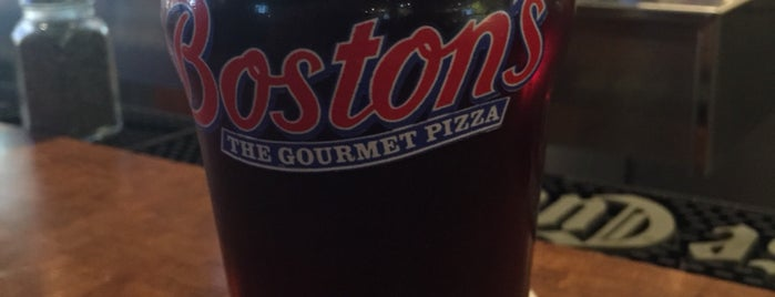 Boston's Restaurant & Sports Bar is one of Jonさんのお気に入りスポット.