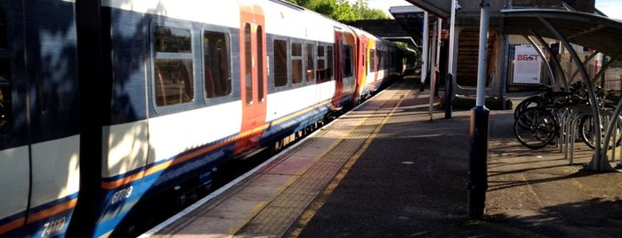 Hounslow Railway Station (HOU) is one of Barryさんのお気に入りスポット.