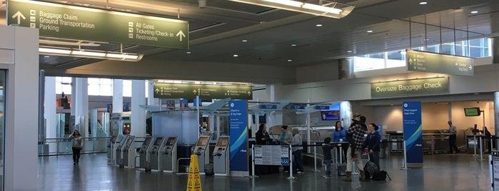 Alaska Airlines Check-in Counter is one of Locais curtidos por Fernando.