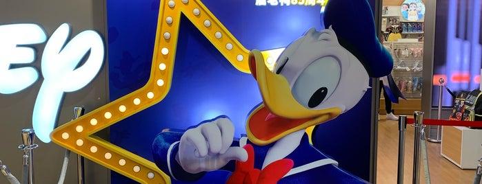 Disney Store is one of Tempat yang Disukai Vee.