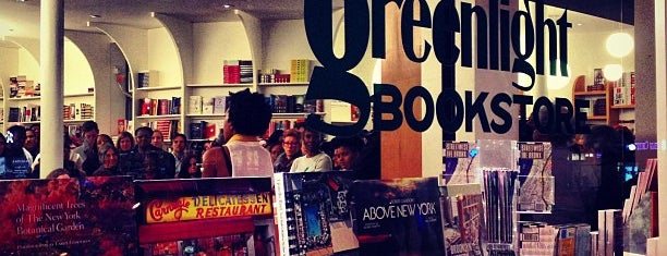 Greenlight Bookstore is one of Mais lugares.