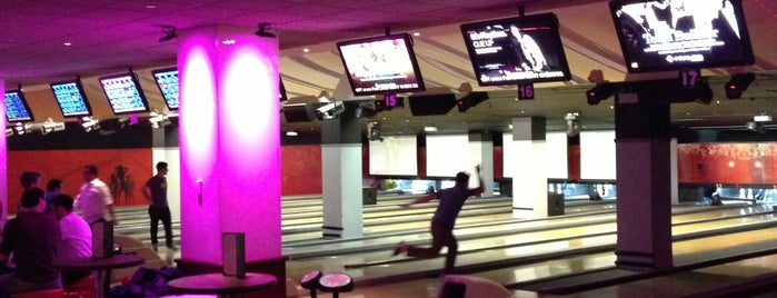 Frames Bowling Lounge is one of Lugares favoritos de Suz.