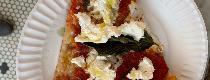 Manero's Pizza is one of Ben 님이 좋아한 장소.