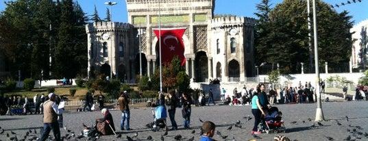 Beyazıt Meydanı is one of İstanbul'da Gezilmesi-Görülmesi Gereken Mekanlar.
