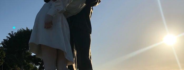 Embracing Peace Statue is one of Lugares favoritos de Eduardo.