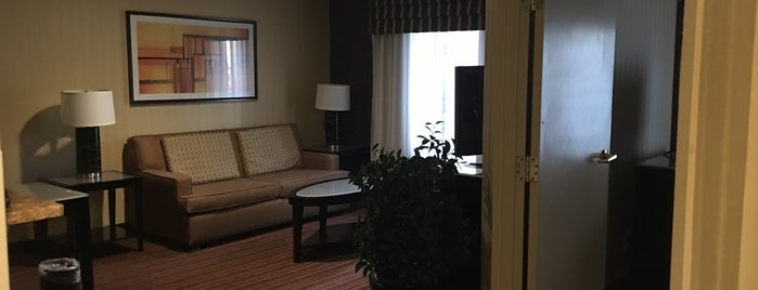 Holiday Inn Express & Suites Belmont is one of Posti che sono piaciuti a Christopher.