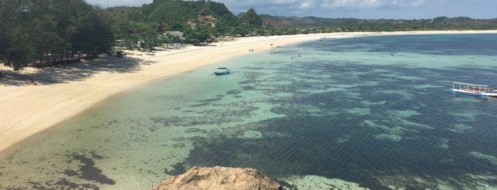 Pantai Tanjung Aan is one of Orte, die T gefallen.