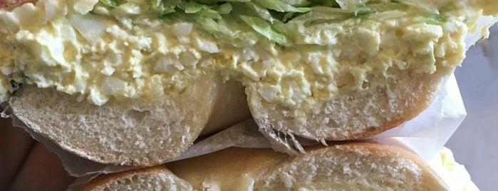 Baker's Dozen Bagels is one of Locais curtidos por jason.