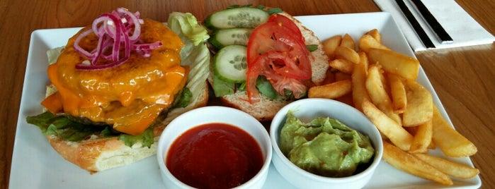 Smart Burger Bar is one of Tempat yang Disukai Inga.