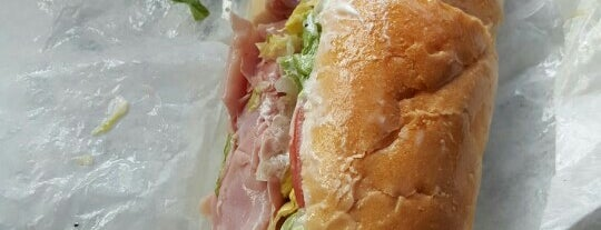Lenny & John's Subs is one of Locais salvos de Lizzie.