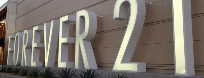 Forever 21 is one of Locais curtidos por Nomnomnom.