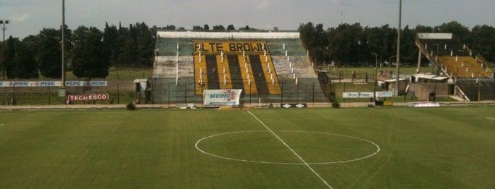Estadio Fragata Presidente Sarmiento (Club Atlético Almirante Brown) is one of Estadios de Fútbol.