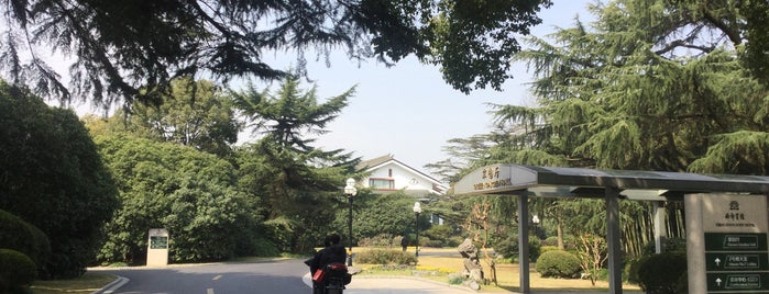 Xijiao State Guest Hotel is one of Locais salvos de Andy.