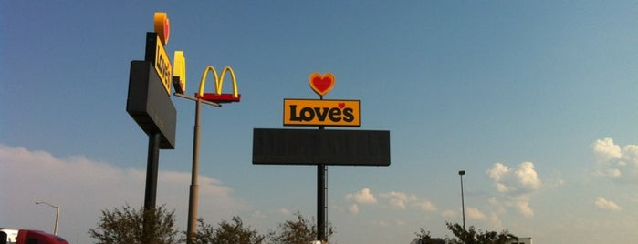 Love's Travel Stop is one of Lugares favoritos de Mike.