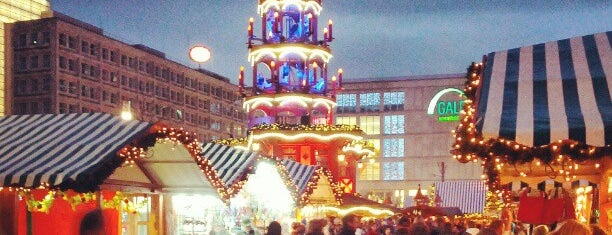 Weihnachtsmarkt auf dem Alexanderplatz is one of Locais curtidos por Chris.