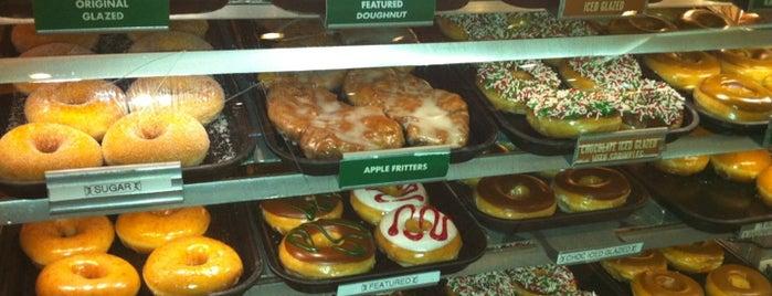 Krispy Kreme Doughnuts is one of Tempat yang Disukai Karin.