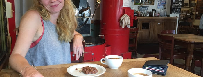 Macy's European Coffeehouse & Bakery is one of Locais curtidos por Josef.