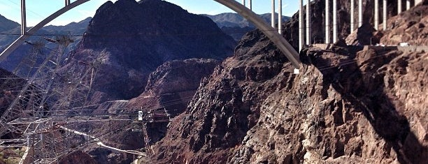 Hoover Dam is one of Tempat yang Disukai Barry.